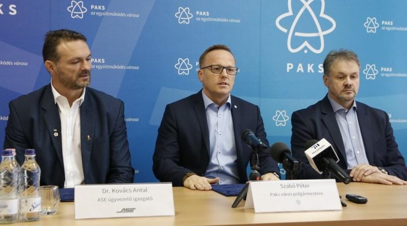 Dr. Kovács Antal, az ASE ügyvezető-igazgatója, (b.), Szabó Péter, Paks polgármestere (k.) és Pekárik Géza, az MVM Paksi Atomerőmű Zrt. vezérigazgatója (j.) a támogatási megállapodás aláírásán. Fotó: Molnár