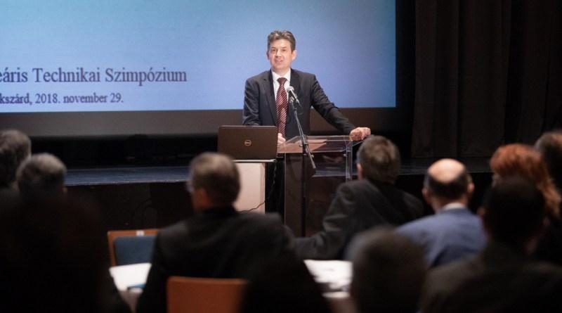 Dr. Aszódi Attila államtitkár a Paks II. projekt aktualitásait ismerteti a Magyar Nukleáris Társaság Nukleáris Technikai Szimpóziumán. Fotó: Kövi Gergely/Paks II. Zrt.