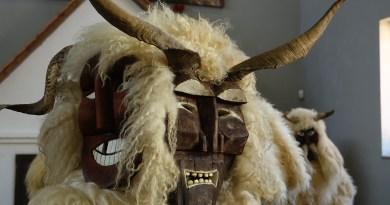 Лохмато-рогатые чудовищи с нарисованными лицами-масками