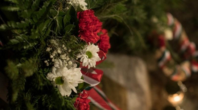 Az emlékezés virágai a Városháza előtt álló kopjafánál. Fotó: Babai István/Paksi Polgármesteri Hivatal/archív