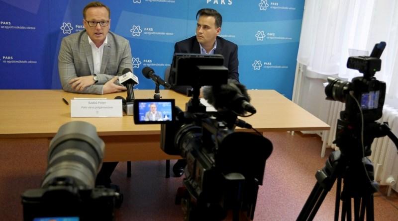 Szabó Péter, Paks polgármestere (b.) és Szántó Zoltán, Paks alpolgármestere (j.). Fotó: Szaffenauer Ferenc/Paksi Hírnök