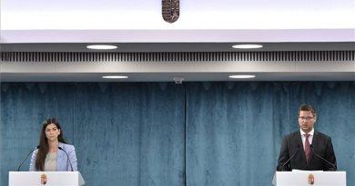 Gulyás Gergely, Miniszterelnökséget vezető miniszter és Szentkirályi Alexandra kormányszóvivő a Kormányinfó sajtótájékoztatón a Miniszterelnökségen 2020. július 30-án. Fotó: MTI/Máthé Zoltán