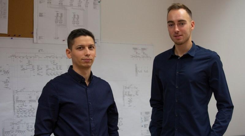 A Villamos Osztály két fiatal munkatársa: Fazekas Tibor és Ritter Bence. Fotó: Paks II. Zrt.