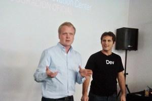 Larsson y Tafel, durante la presentación del centro de innovación BlackBerry en Buenos Aires