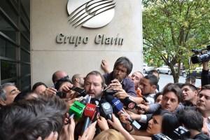 Diciembre 2012: el titular de la Autoridad Federal de Servicios de Comunicación Audiovisual (AFSCA), Martín Sabbatella, notifica al Grupo Clarín el inicio de la transferencia de oficio, luego de que el multimedios no presentara su plan de adecuación a la LSCA.