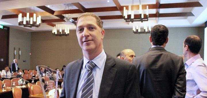 Saúl Kattan Cohen, presidente de ETB, con un reconocimiento del FTTH Council Américas en marzo de 2013. Imagen: ETB.