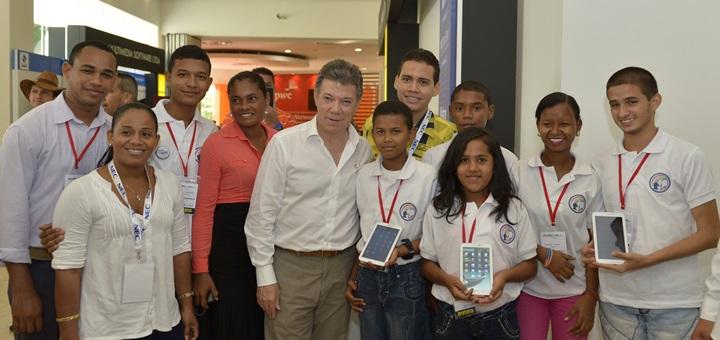 El Presidente Juan Manuel Santos junto a jóvenes beneficiarios del programa Vive Digital, durante el Congreso Andicom. Imagen: Juan Pablo Bello - SIG