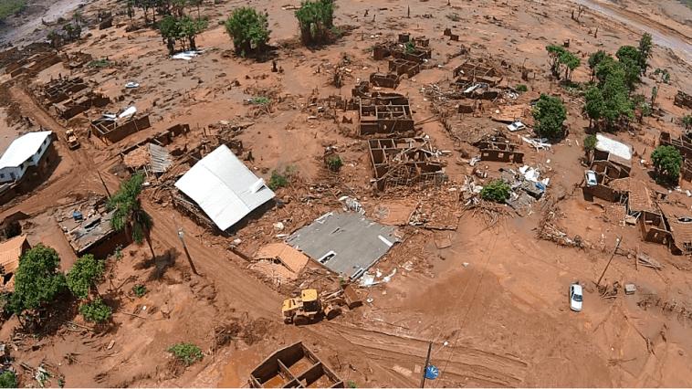 Como ficou o distrito após a passagem da onda de lama. (Foto: Divulgação Bombeiros MG)