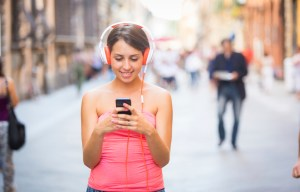 Beautiful Young Woman Listening Music in the City pessoa celular musica ouvindo fone 936px