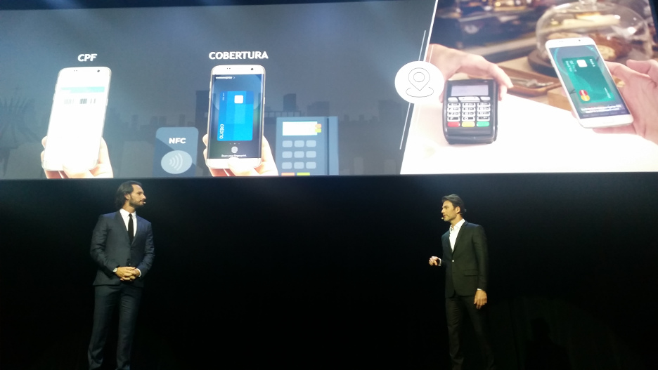 Os atores Rodrigo Santoro e Carlos Casagrande anunciam a chegada do Samsung Pay ao Brasil, em evento em São Paulo.
