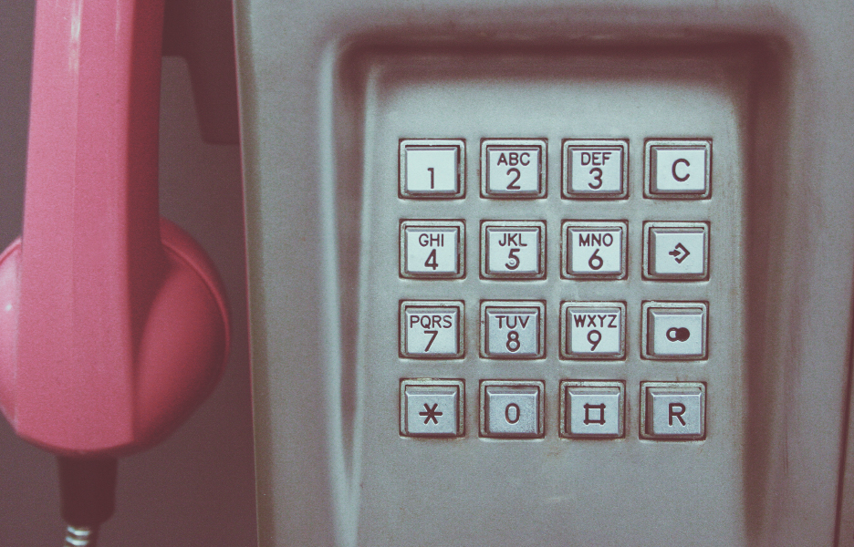 Foto por Markus Spiske, via Pexels https://www.pexels.com/photo/vintage-retro-telephone-telephones-105003/