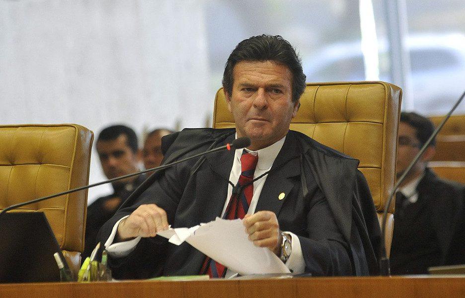 O ministro do STF, Luiz Fux, de toga, diante do microfone