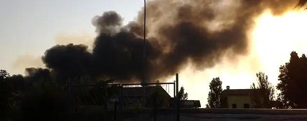 Migliaro, ex fornace in fiamme. A fuoco anche plastica
