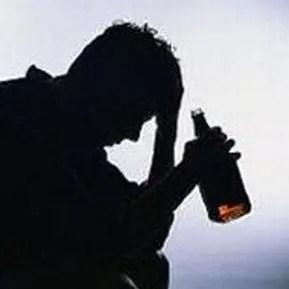 Finisce nei guai per aver venduto alcolici a minorenni