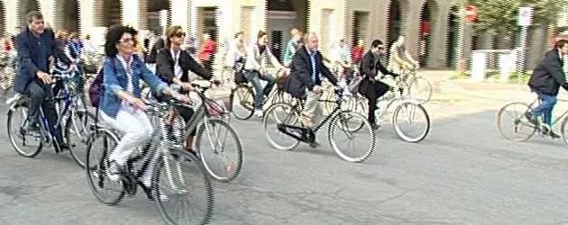 """Biciclette """"internazionali"""" con Daria Bignardi e il sindaco"""