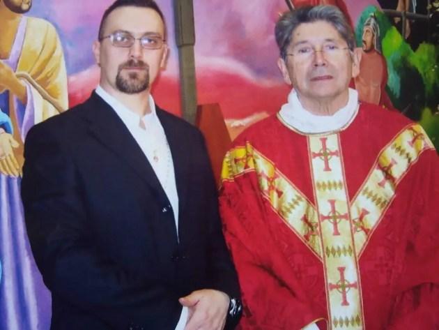 'Igor'e il Cappellano del carcere in una foto postata sul profilo Facebook del serbo nell'agosto 2015