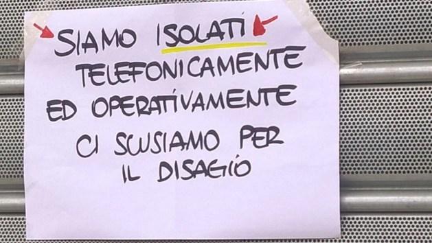 Il foglio affisso fuori dalla filiale