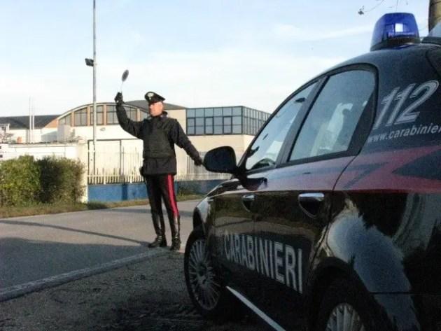 Non si fermano all'alt dei carabinieri e vengono denunciati. Trovate piante di 'maria' in casa