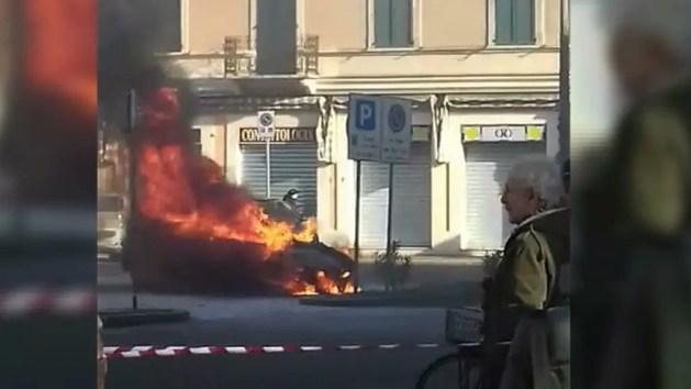 Auto a fuoco a Copparo, piazza del Popolo chiusa – VIDEO