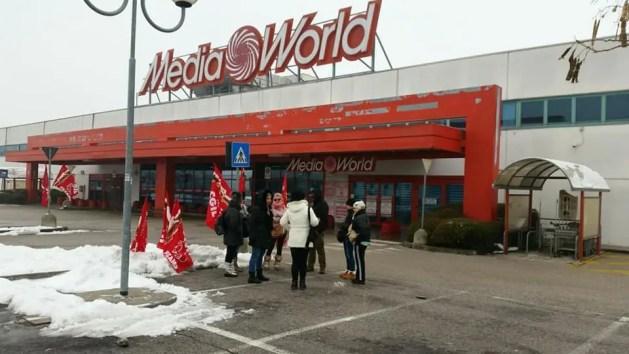 Sciopero Mediaworld, presidio dei lavoratori a Ferrara