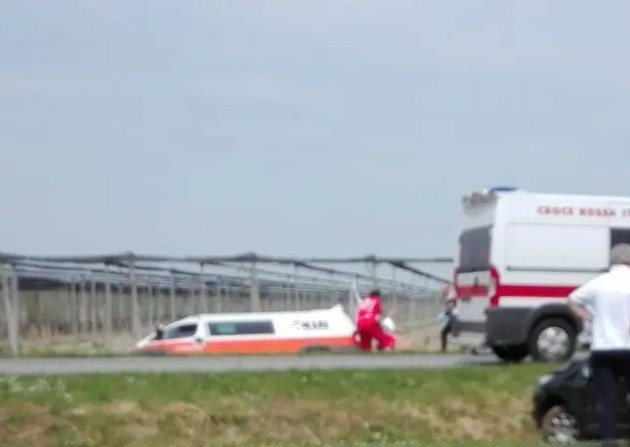 Ambulanza fuori strada dopo incidente: paziente trasportato con l'elisoccorso
