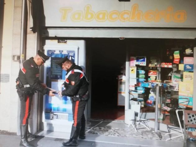 Droga, tabaccheria chiusa a Cento. Spaccata in negozio storico di giochi: ladri feriti