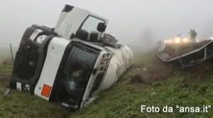 Camion cisterna fuori strada in A13, nessun ferito
