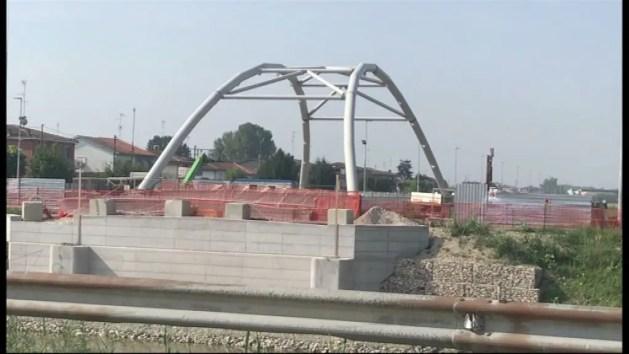 Bondeno, il nuovo Ponte di Borgo Scala assemblato – VIDEO