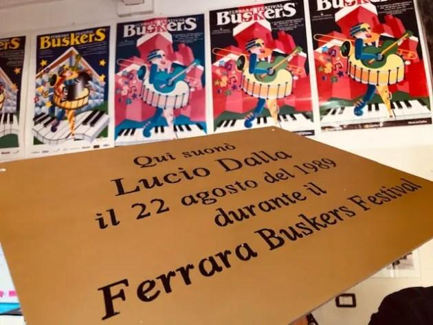 Una targa dove Dalla suonò al Ferrara Buskers Festival – VIDEO