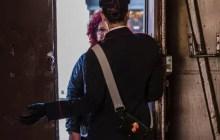 Moglie e figlia si chiudono in bagno per sfuggire alle violenze del marito