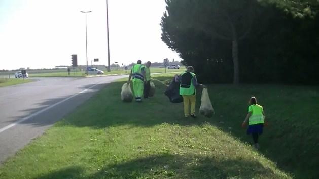 Una domenica a raccogliere rifiuti gettati da incivili – VIDEO