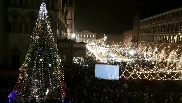 Acceso l'albero di Natale in centro a Ferrara – VIDEO