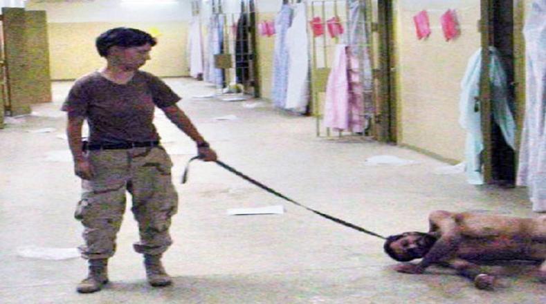 Fotografía de un prisionero amarrado con un collar para perros.