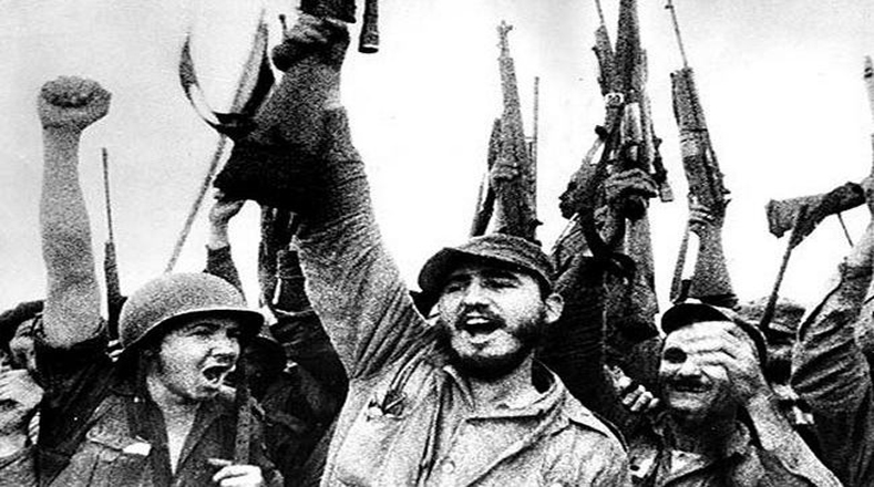 El 1° de enero de 1959 la victoria ya era definitiva y las tropas revolucionarias ingresan con Fidel en la guarnición de Santiago de Cuba.