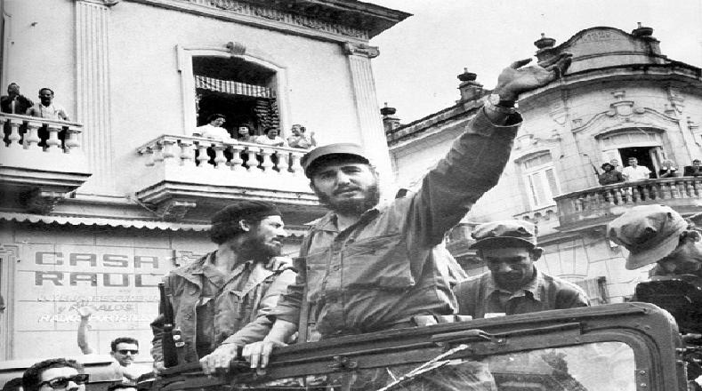 A su paso por los diferentes pueblos de Cuba, Fidel y los combatientes fueron recibidos como héroes.