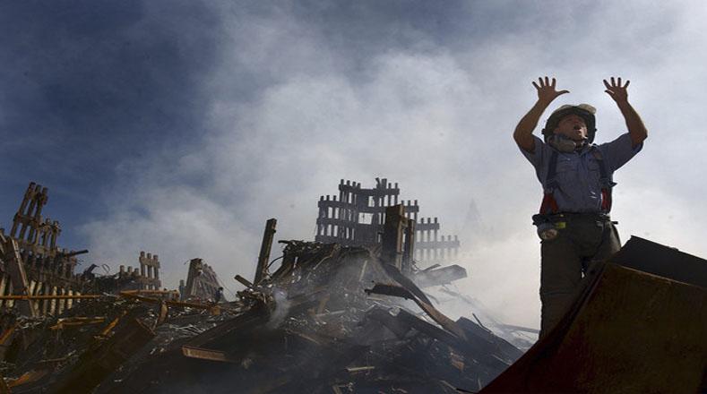 Luego de que colapsaron ambas torres, los bomberos de Nueva York continuaron las labores de búsqueda de los posibles sobrevivientes.