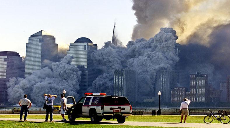 Los ciudadanos vieron atónitos como se desplomaban los edificios más imponentes en Bajo Manhattan.