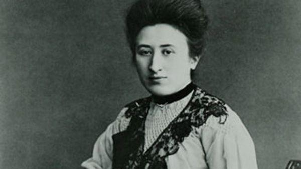 En una época donde las mujeres tenían poco acceso al mundo académico, Rosa Luxemburgo pudo asistir a la universidad y obtener un doctorado.