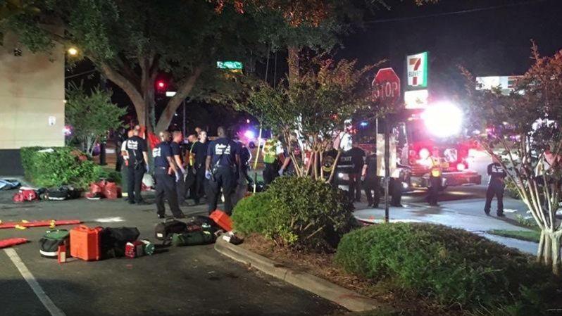 La policía informó de la detonación controlada de una bomba cerca del club, la cual se presume pertenecía al atacante.