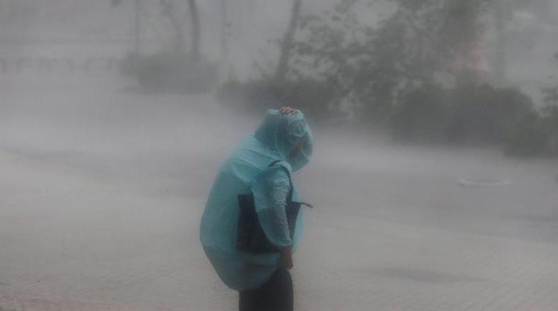 El Centro Nacional de Predicción Marina de China emitió alerta roja por el vendaval y las grandes olas que ha provocado el súper tifón Meranti.