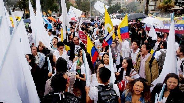 Los colombianos demandan el cumplimiento de los Acuerdos de Paz.