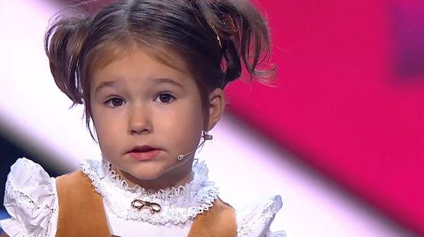 La madre de Bella dice que su hija tiene múltiples niñeras que le enseñan cada idioma.