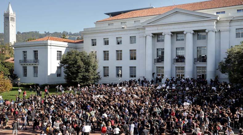 En California también se realizó una de las manifestaciones más grandes,1.500 estudiantes y profesores se reunieron en el patio de la escuela secundaria de Berkeley en California, y luego marcharon hacia el campus de la Universidad de California en Berkeley, una ciudad conocida por sus políticas progresistas.