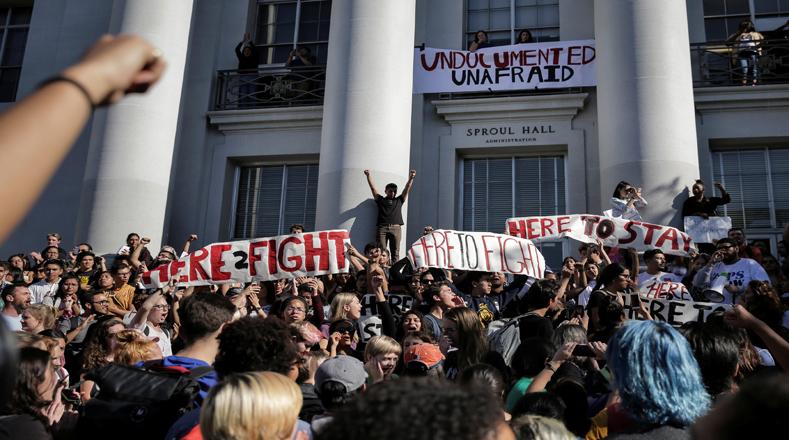"""Cientos de estudiantes de California y otros estados salieron de clases este miércoles, muchos de ellos cantando """"no es nuestro presidente"""", para protestar por la victoria del republicano Donald Trump en la elección presidencial de Estados Unidos del martes."""