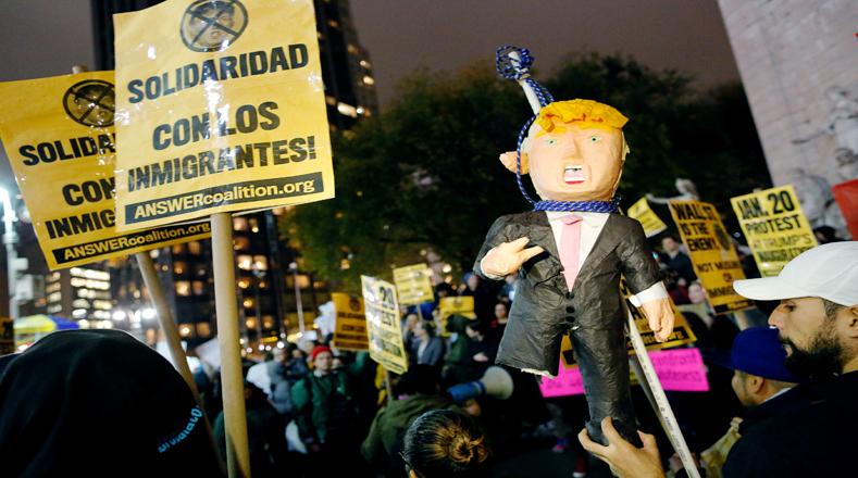 En el barrio de Manhattan, en Nueva York, la  gente protesta contra Trump.
