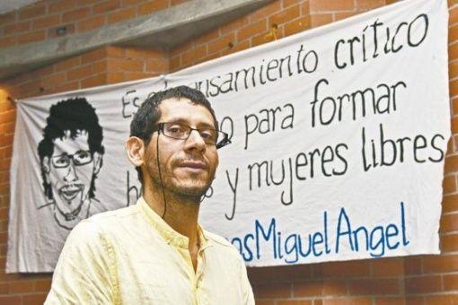Beltrán fue retenido en el aeropuerto internacional El Dorado de Panamá donde autoridades de migraciónargumentaron la existencia de una orden de captura contra el profesor, señalósu abogado Albarracín
