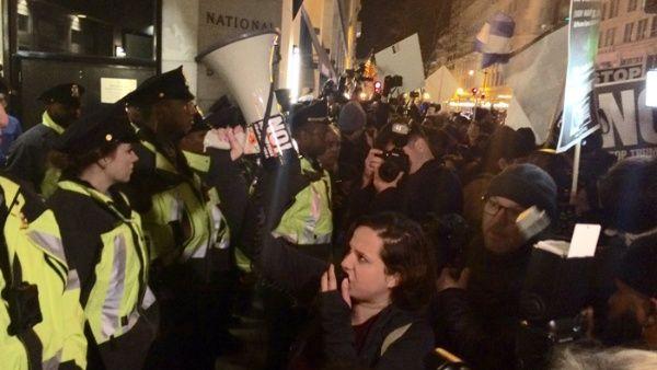"""En estos momentos, una multitud de estadounidenses marcha en Washington D.C. y corean: """"No Trump, No KKK, No Fascist USA""""."""