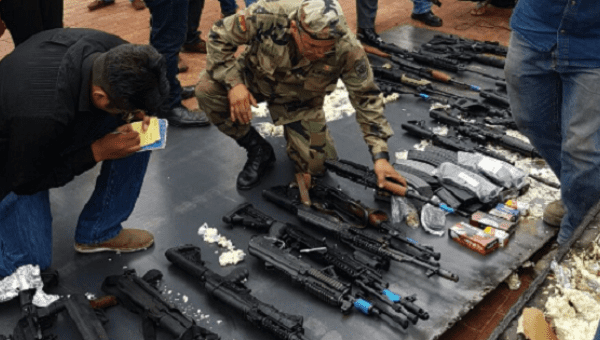 Bolivian police discover a large cargo of military weapons from the United States. | Photo: Ministerio de Gobierno Bolivia