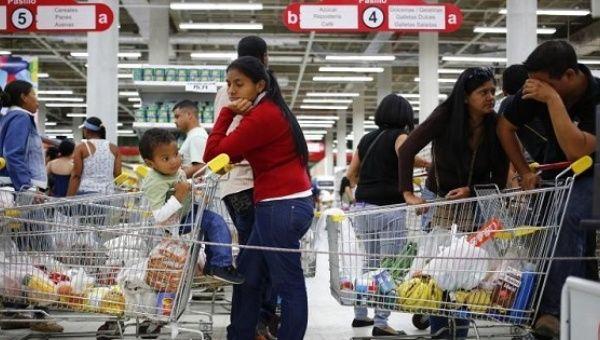 Supermarket shoppers in Caracas. | Photo: Reuters