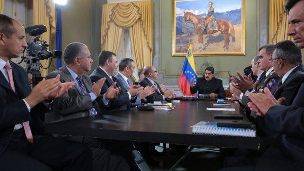 Nicolás Maduro (c) encabezó la instancia constitucional.